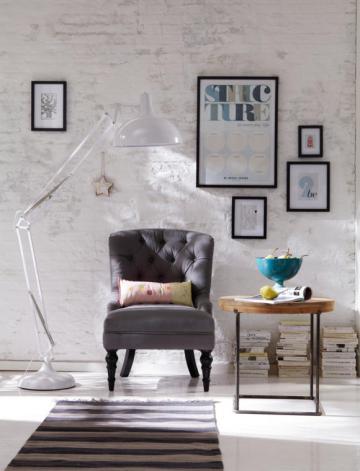 weisse-stehleuchte-und-grauer-lounge-ses-51b6ebde3d12b